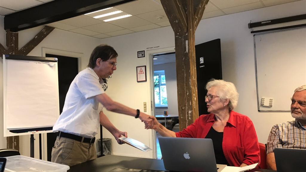 Hanne Hertzog overrækkes æresmedlems bevis af formand Knud Kristensen